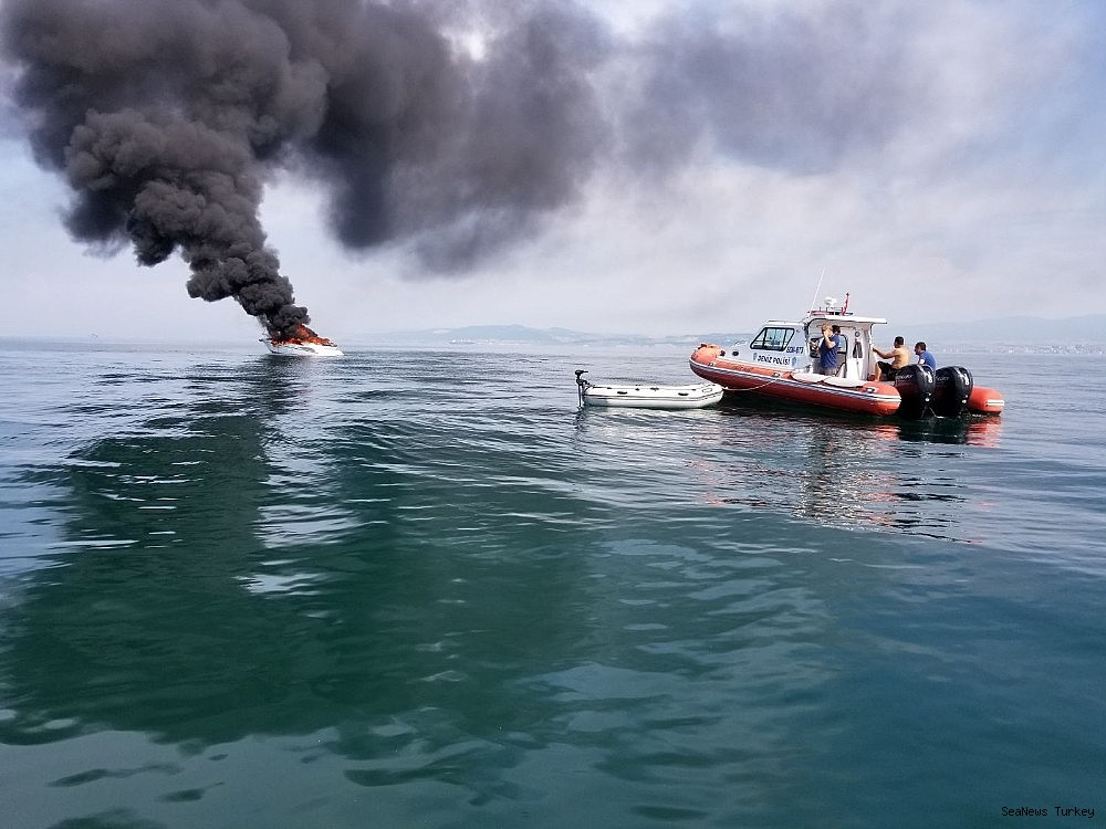 2018/06/a-private-yacht-of-16-meters-long-caught-fire-off-turkeys-yalova-district-20180606AW41-1.jpg