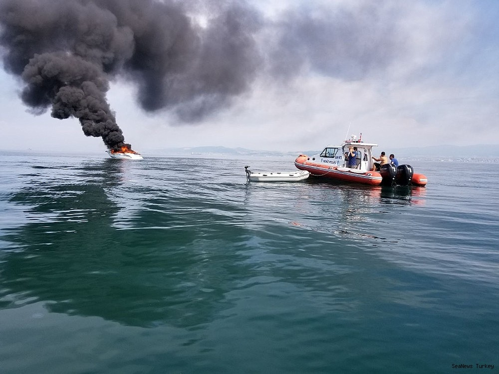 2018/06/a-private-yacht-of-16-meters-long-caught-fire-off-turkeys-yalova-district-20180606AW41-2.jpg