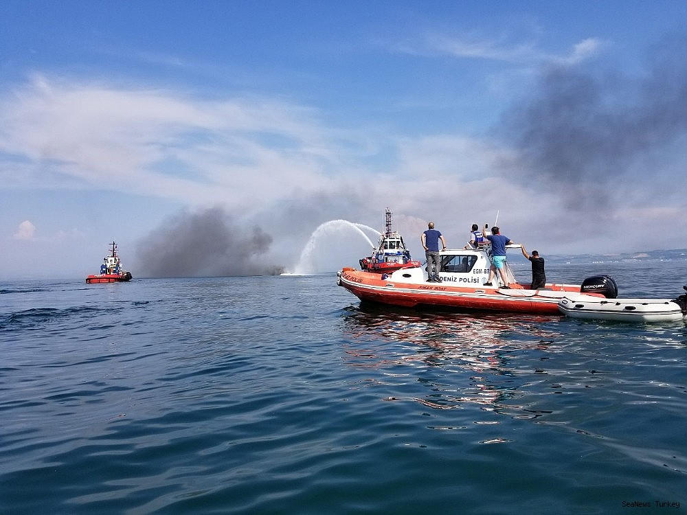 2018/06/a-private-yacht-of-16-meters-long-caught-fire-off-turkeys-yalova-district-20180606AW41-3.jpg
