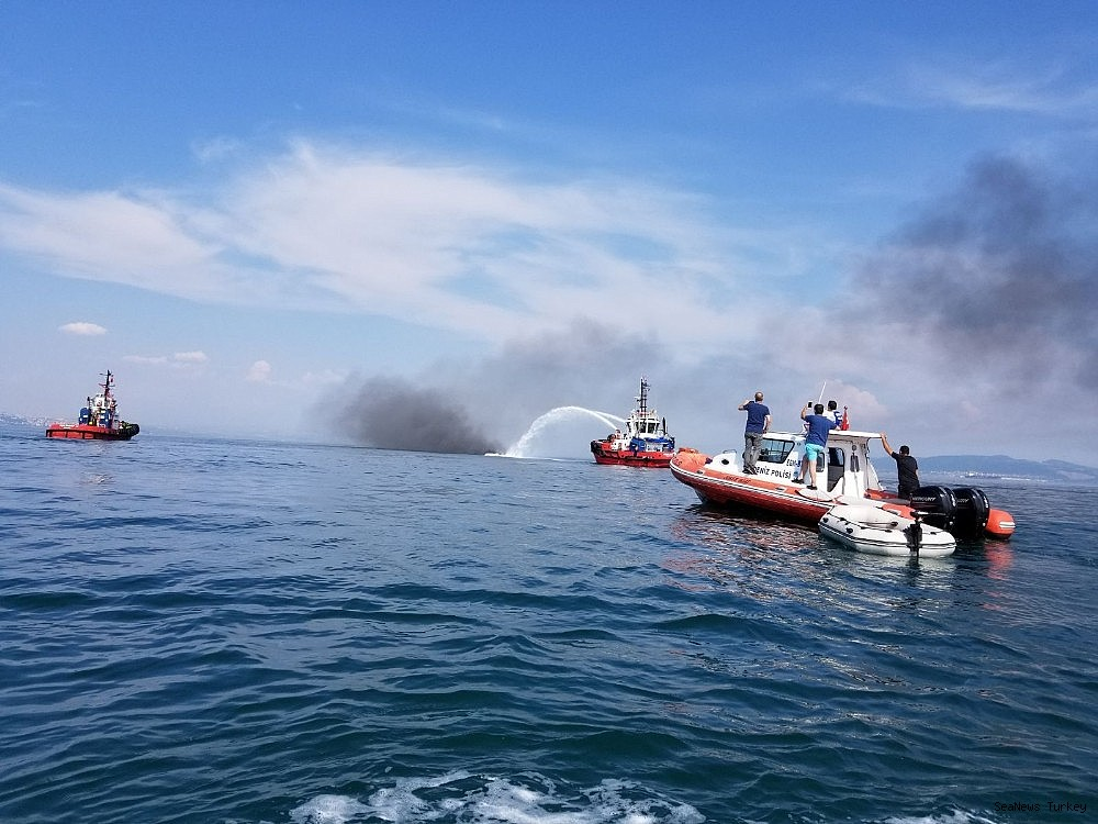 2018/06/a-private-yacht-of-16-meters-long-caught-fire-off-turkeys-yalova-district-20180606AW41-4.jpg