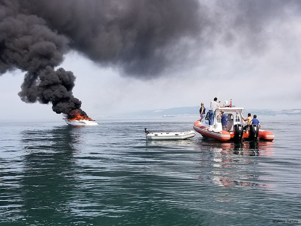 2018/06/a-private-yacht-of-16-meters-long-caught-fire-off-turkeys-yalova-district-20180606AW41-6.jpg