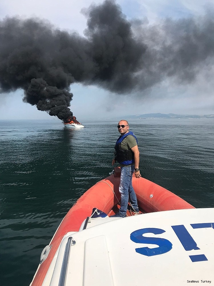 2018/06/a-private-yacht-of-16-meters-long-caught-fire-off-turkeys-yalova-district-20180606AW41-7.jpg