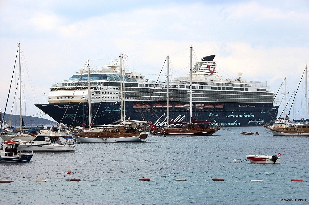 2018/06/cruise-ship-mein-schiff-2-at-bodrum-turkey-20180627AW42-5.jpg