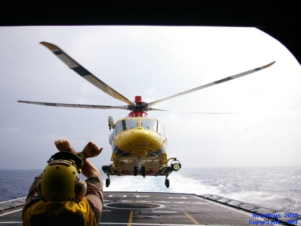 The AW-139 landing on the deck of the Navy ship 'Sirio'