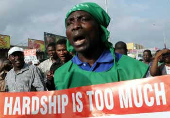 Nigerian general strike ends after government vows 30pc cut in fuel price