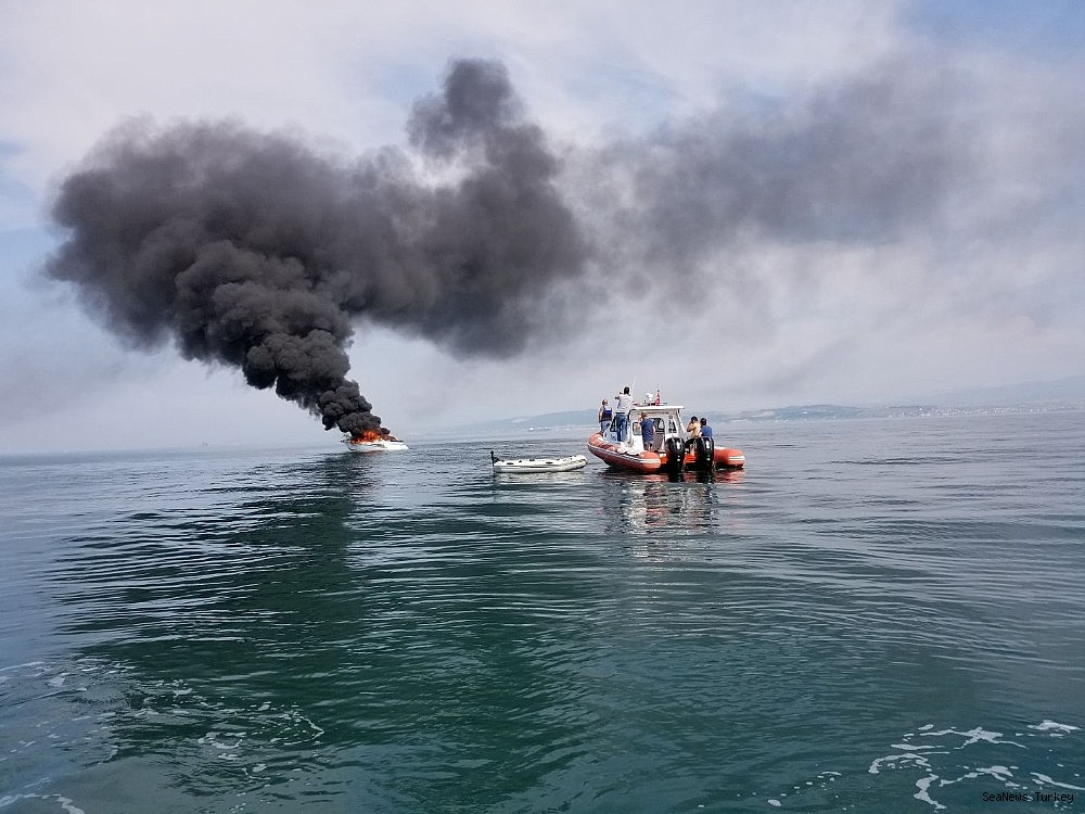 2018/06/a-private-yacht-of-16-meters-long-caught-fire-off-turkeys-yalova-district-20180606AW41-5.jpg