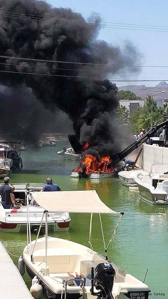 2018/06/boat-burst-into-flames-while-launching-20180613AW41-1.jpg