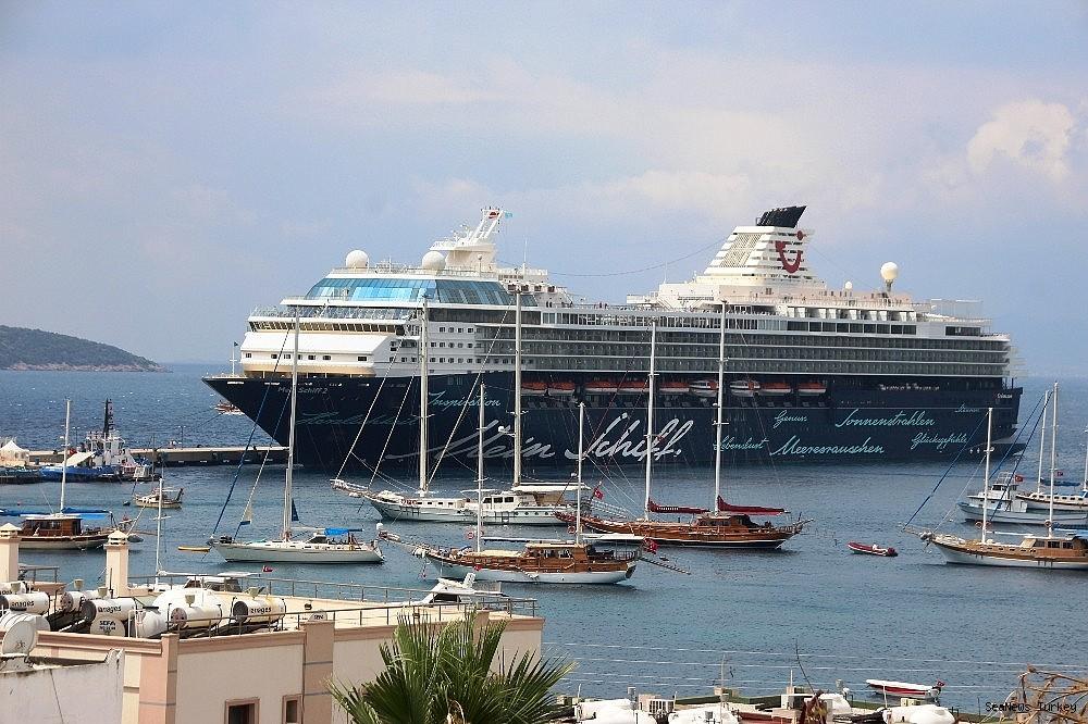 2018/06/cruise-ship-mein-schiff-2-at-bodrum-turkey-20180627AW42-1.jpg