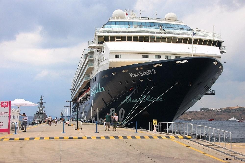 2018/06/cruise-ship-mein-schiff-2-at-bodrum-turkey-20180627AW42-12.jpg