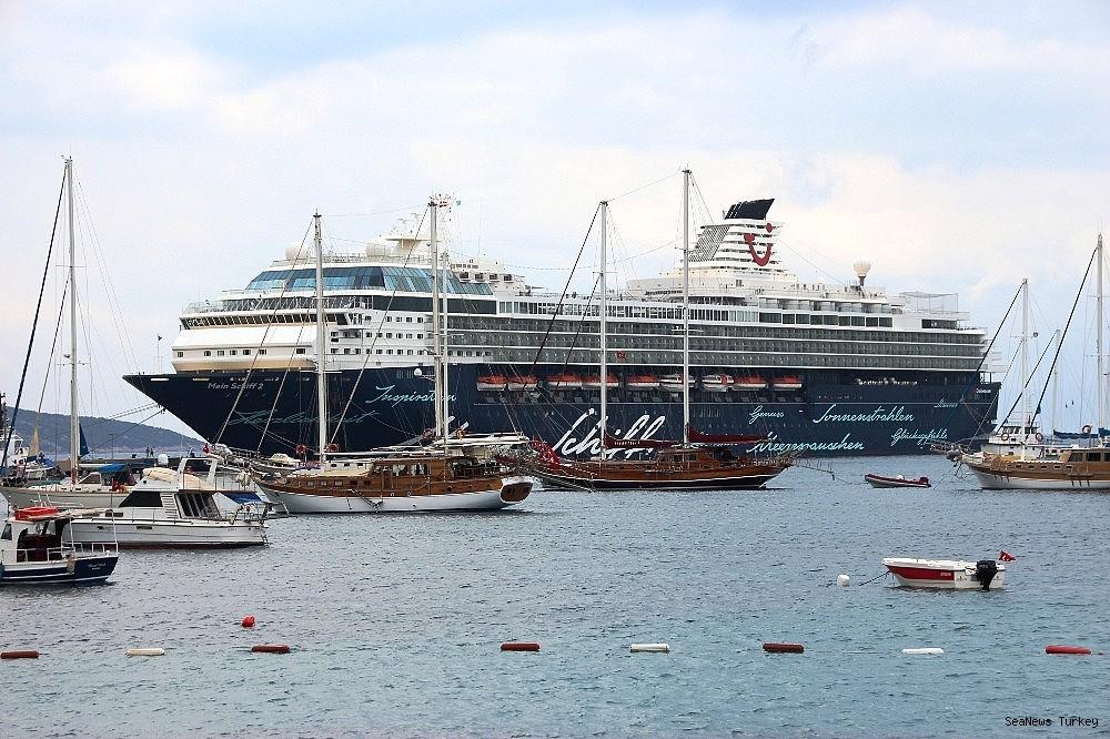 2018/06/cruise-ship-mein-schiff-2-at-bodrum-turkey-20180627AW42-5.jpg