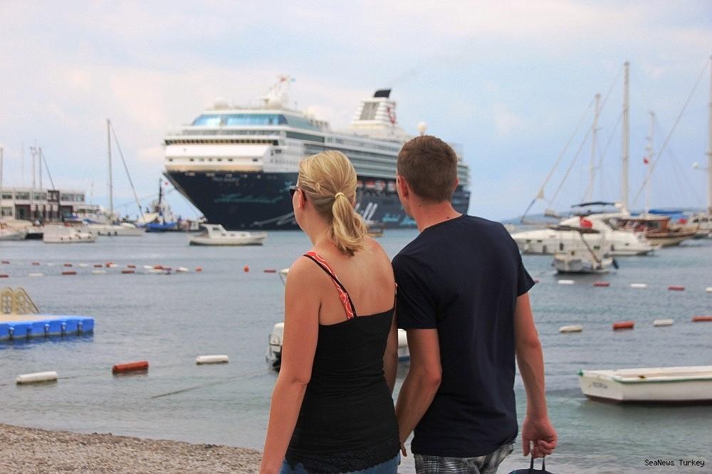 2018/06/cruise-ship-mein-schiff-2-at-bodrum-turkey-20180627AW42-8.jpg