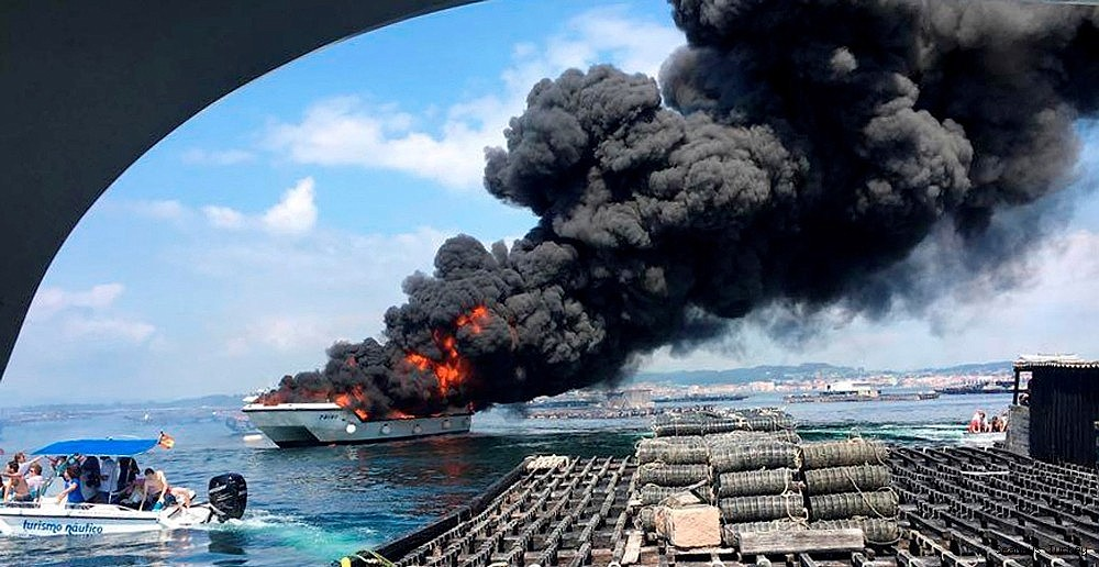 2018/07/passenger-catamaran-burned-into-flames-in-spain-20180725AW45-2.jpg