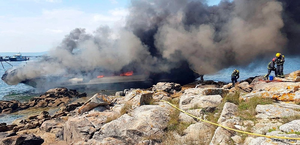2018/07/passenger-catamaran-burned-into-flames-in-spain-20180725AW45-3.jpg