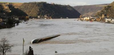 Cranes to salvage capsized ship