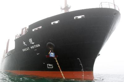 Greenpeace activists stop palm kernel shipment