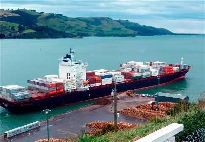 Maersk Dabou poled in berthing mishap