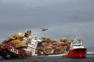 Rena's oil hits NZ beaches, ship's break-up averted as seas calm