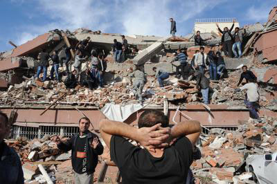Huge quake hits Eastern Turkey, 1000 feared dead...