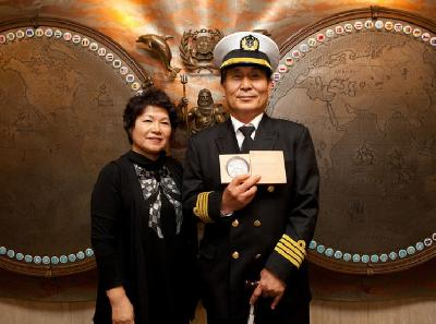 UK: Captain Seog Hae-gyun Receives IMO Award for Exceptional Bravery at Sea 2011
