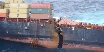 Rena spilt in two, remains on reef