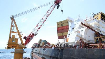 Stricken 3,360-TEU Rena splits, but pieces hold together as boxes unloaded