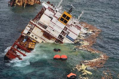 Stern of cargo ship Rena sinking off New Zealand