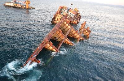 New Zealand: Dangerous Goods Containers Removed from Bow of Rena