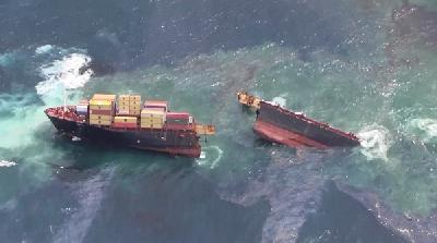 Rena's condition worsens, more boxes taken from wreck off New Zealand