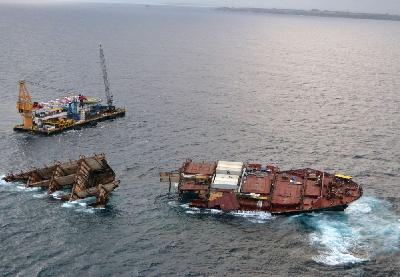 New Zealand: Salvors Focus on Removing Containers from Bow Section of Rena