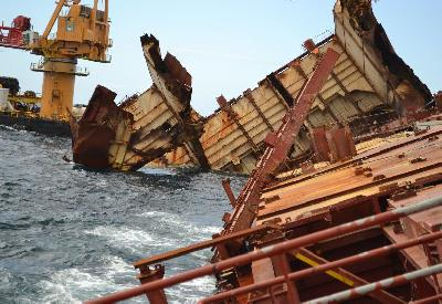 New Zealand: Svitzer Salvors Examine Damage on Rena Wreck Caused by Heavy Weather