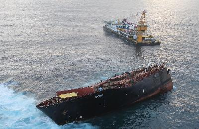 New Zealand: Svitzer Salvors Made Progress in Removing Containers from Rena