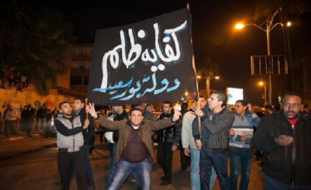 Egyptian troops block death sentence protesters from closing Suez Canal