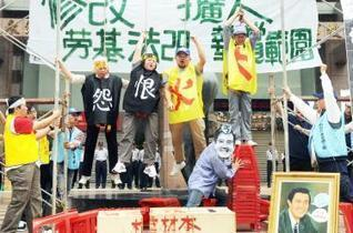 Striking HK dockers, employers negotiating with Labour Department help