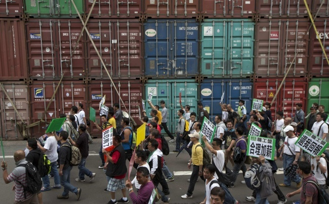 Dock strike threatens again after workers stomp out over lunch money