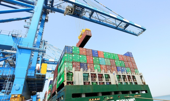 Moody's warns of continuing containership supply glut into 2016