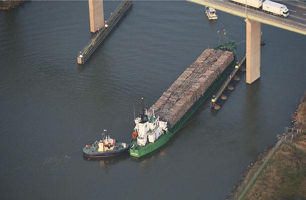 """Cargo ship """"Nossan"""" in danger of sinking after running aground in Göta Alv"""