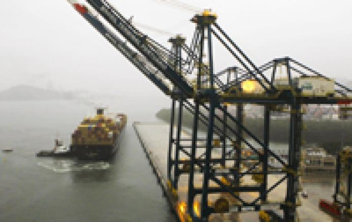 Draft limitations at Santos force box ships to reduce capacity