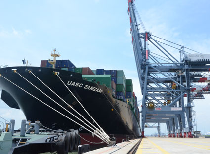 First Eastern US-bound container ship UASC ZAMZAM docks in VN