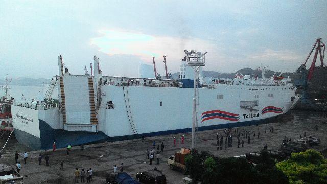 KMP Mutiara Persada III blacked-out in Sunda Strait, passengers evacuated