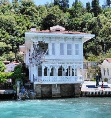 Cargo ship entered into house in the Strait of Istanbul