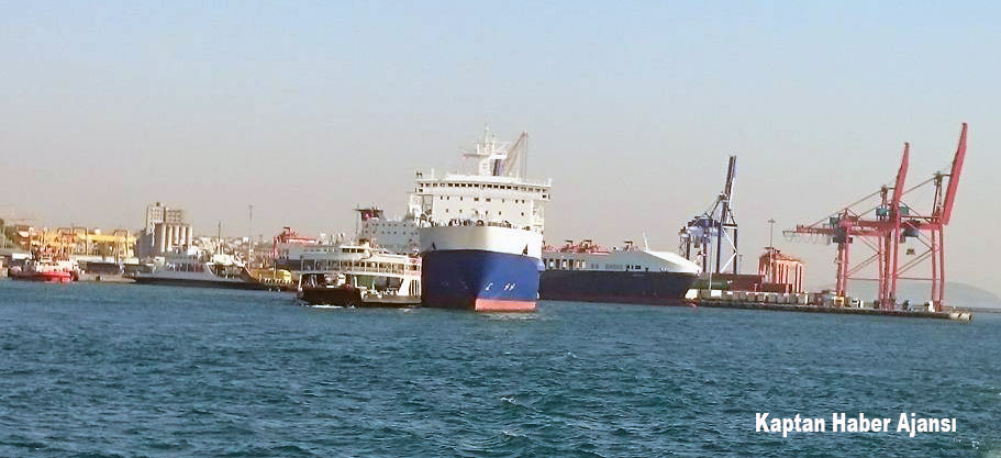"Ferry ""Topkapi"" stuck under anchor chain of Kaunas Seaways in Istanbul"