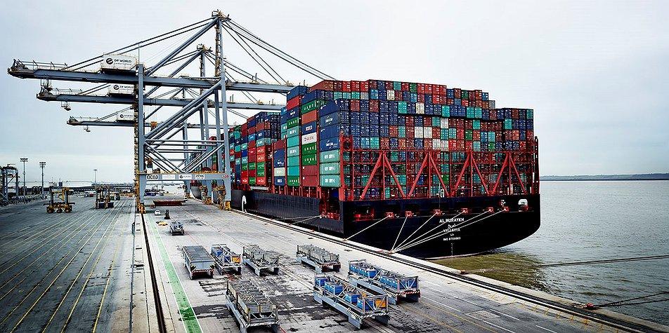 World's biggest ever box load - 18,601 TEU - docks at London Gateway