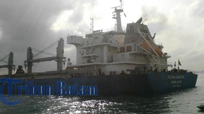 Bulkcarrier ran aground in Singapore Strait