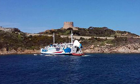 """The Ferry """"Giraglia"""" ends up on the rocks"""