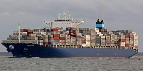 Grounded Maersk ship delays southbound Suez convoy eight hours