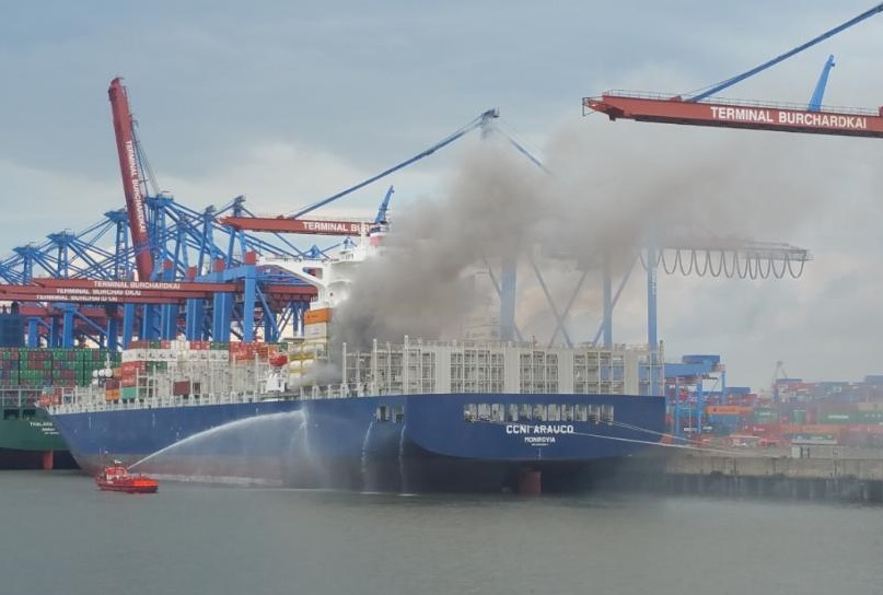 "Fire on boxship ""CCNI Arauco"" in Hamburg"