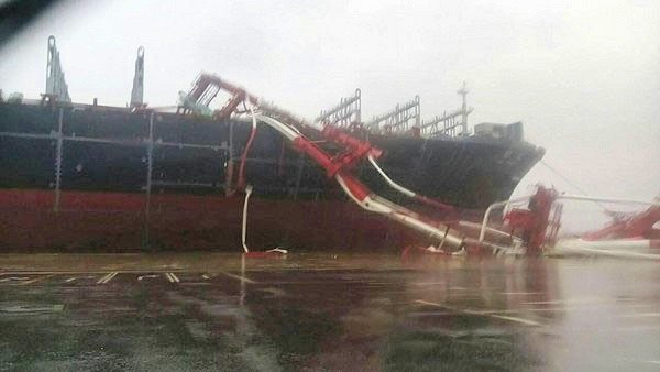 Seaspan 14,000-TEUer 'YM Wind' adrift in Taiwan typhoon, hits 2 shipyard cranes