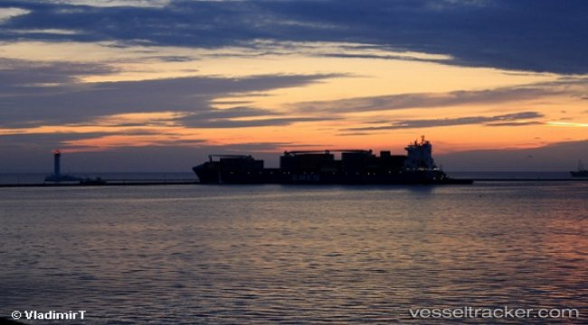 Disabled freighter Vento di Zefiro towed to Tuzla