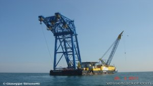Crane barge back at Costa Concordia sinking site
