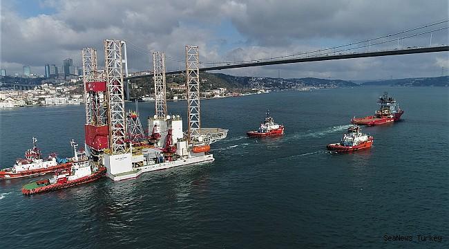 "Giant platform ""GSP Saturn"" on passage through the Strait of Istanbul"